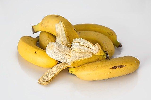 バナナは上部分 1 cm を切り落として食べる
