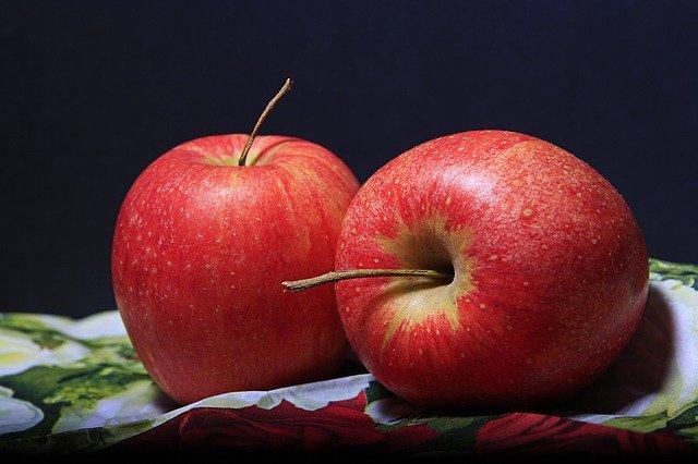 りんごは皮ごとかじるのは NG